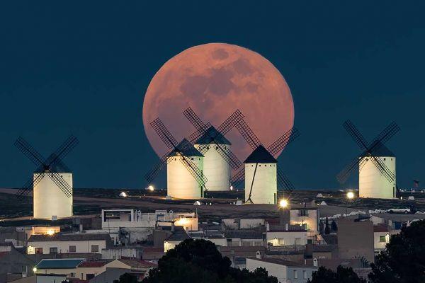 luna-y-molinos-de-criptana7C38386A-5E4B-9103-389E-64664DA9CDDC.jpg